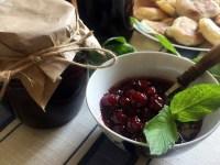 Густе вишневе варення з кісточками і м'ятою