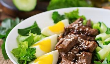 Recette Keto : Salade épicée de chou frisé et d'oeufs