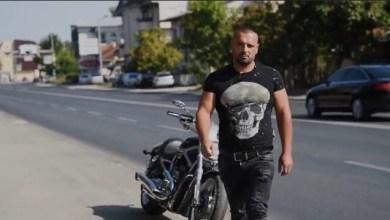"""Photo of Ky është trimi me motoçikletë që i bëri """"Komitat"""" maqedonas t'ia mbathin me të katra"""