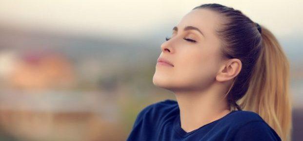 Frau beim Atmen; die Funktion des Atems in der Meditation