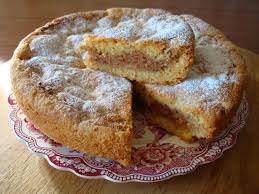 La torta di amaretti appartiene alla dolce tradizione genovese.