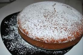 La torta Saià è a base di Pan di Spagna in un piatto