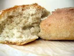 """Avete del pane secco in casa e non volte buttarlo? Potete sempre """"rinfrescarlo"""""""