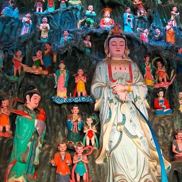 Avalokitasvara Bodhisattva, attended by the Lotus Sutra Nagakanya (Long Nu) and Sudhana.