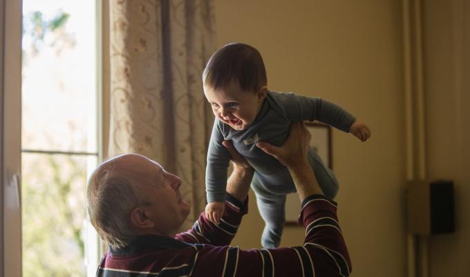 Potpora bakama i djedovima kad je najpotrebnije, obiteljska povezanost, obitelj, odnosi u obitelji, treća dob