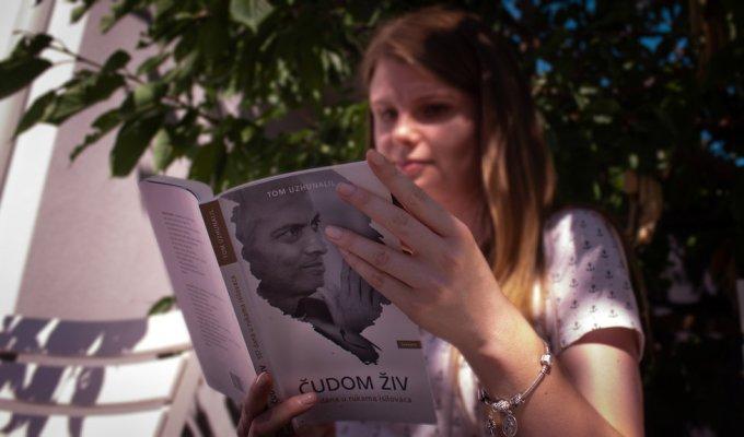 Čudom živ: Otac Tom u ovoj knjizi svjedoči o 557 dana u rukama isilovaca