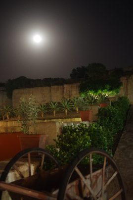Cave bianche Favignana - Cave hotel with full moon