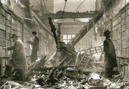 Librairie londonienne au lendemain d'un bombardement allemand