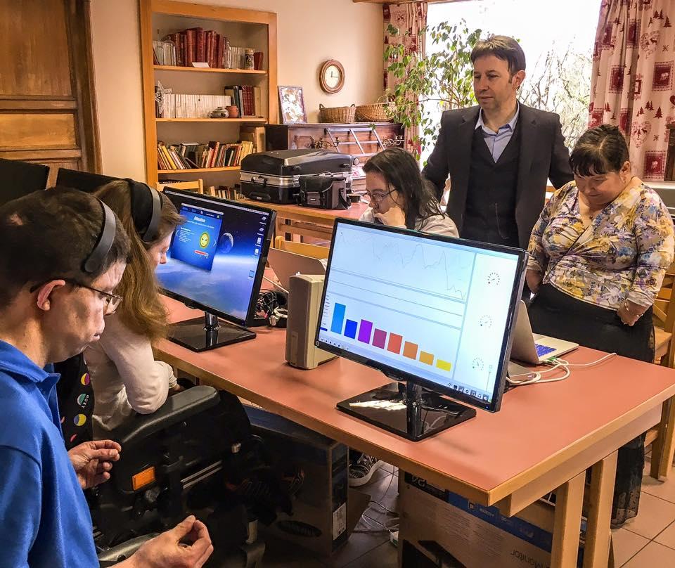 Ici en photo J2, Mike, Sophie, Amandine, et Jeanne-Marie mesurent en direct et optimisent leur concentration grâce au système neuro-informatique avant-gardiste créé sur mesure et développé par Pascal de Clermont et son équipe.