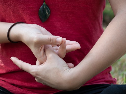 Position des mains en méditation taoïste (étape 3)