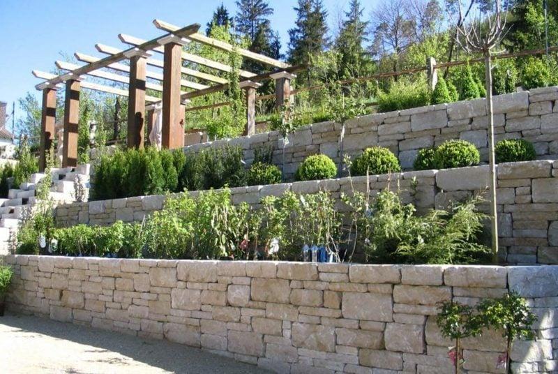 interessante mauer aus stein stufenweise gebaut bepflanzt. Black Bedroom Furniture Sets. Home Design Ideas