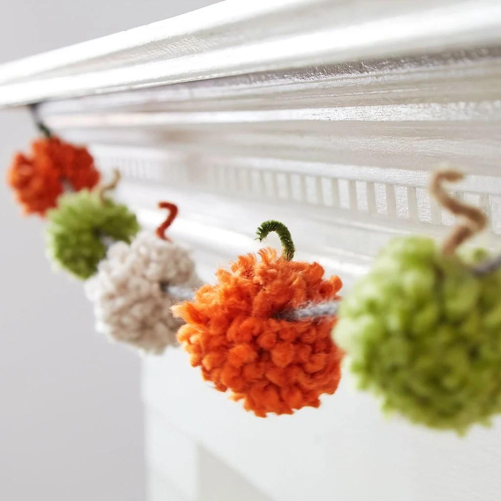 Pompoms basteln  wuschelkuschelige Bommel selber machen  bastelideen Deko  Feiern DIY