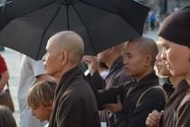 Un monaco ripara il suo maestro dal sole. Thich Nhat Hanh sta per compiere 86 anni
