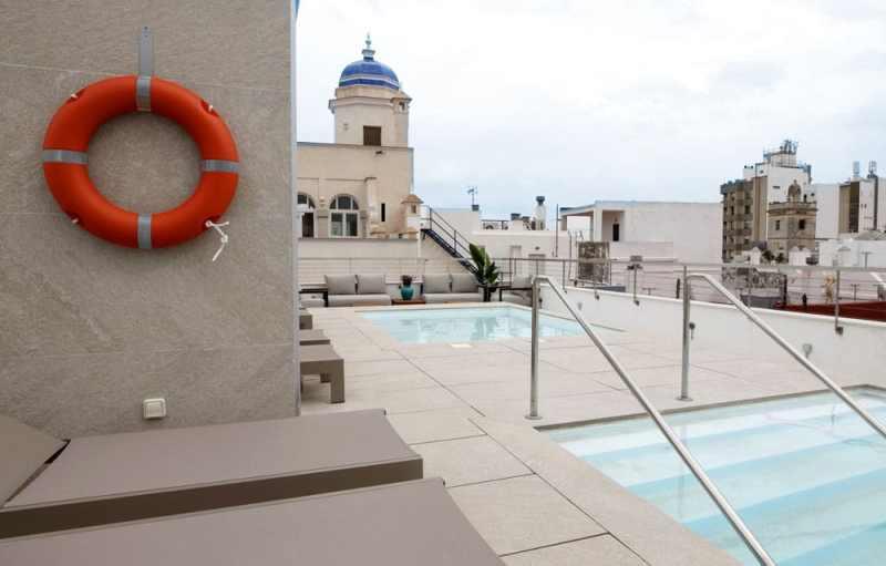 Piscina Solarium GoodNight Apartments Cádiz