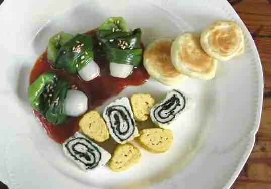 Assiette Palette: Noeuds d'oignon nouveau au gochujang & roulés d'omelette