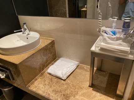 Shower cubicle in SilverKris Lounge