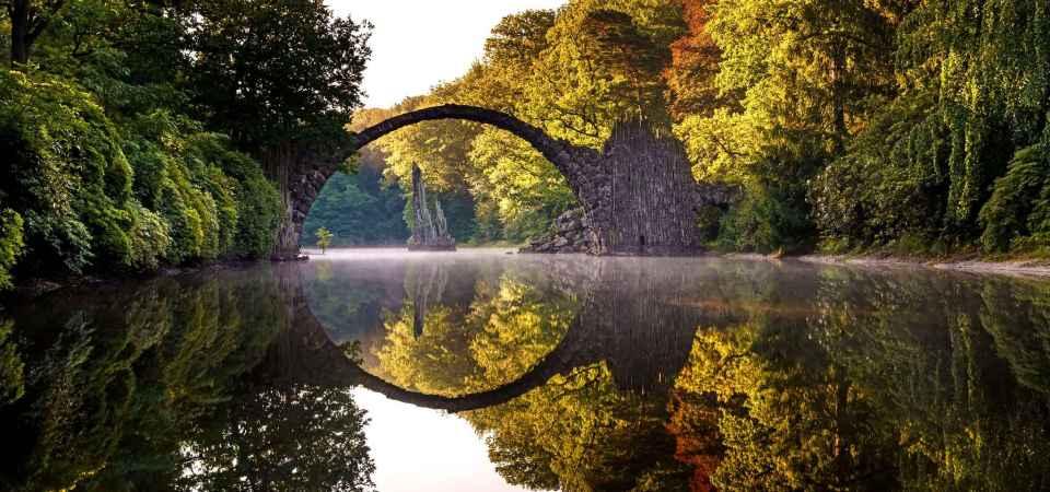 FOTOT E DITËS/ Ura e Rakotz në parkun e Kromlau në Gablenz, Gjermani.