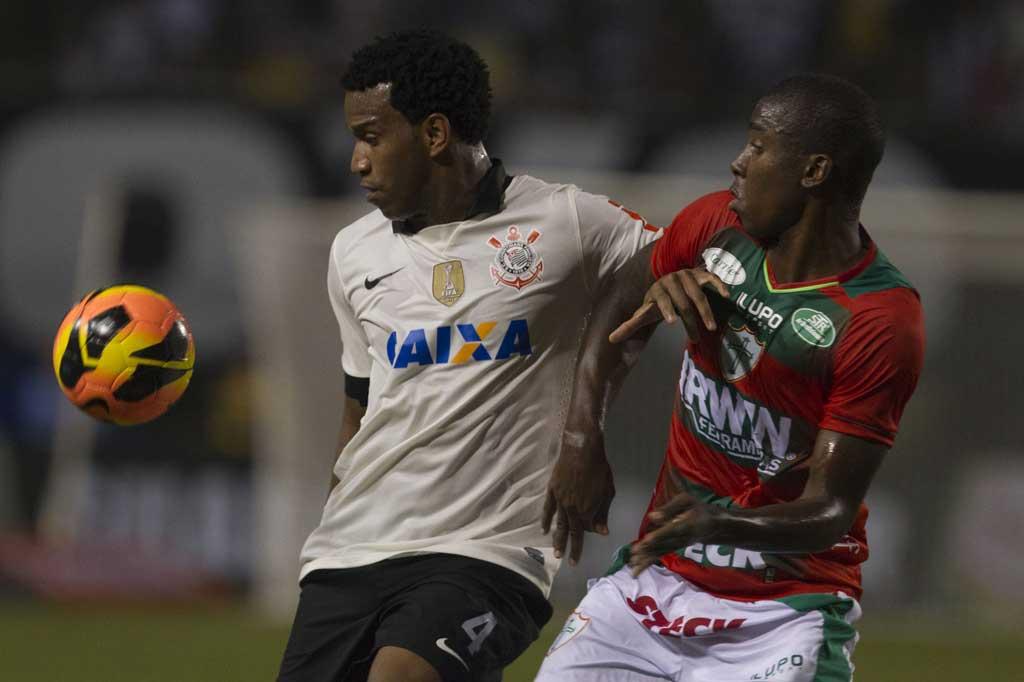 Gil disputa a bola no empate sem gols diante da Portuguesa (Foto: Daniel Augusto Jr / Agência Corinthians)