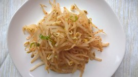 Beansprouts with soy sauce, garlic and spring onion (Kongnamul muchim)