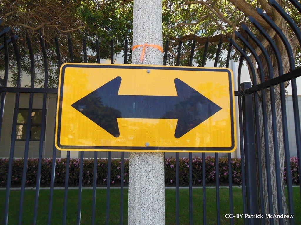 Señal de tráfico con dos flechas