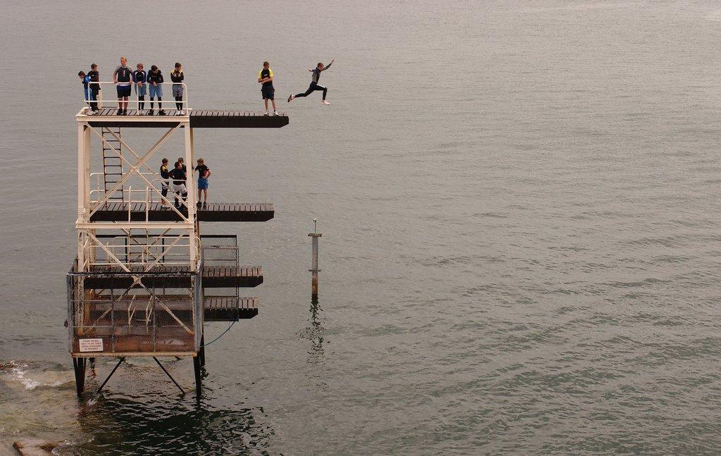 Persona saltando de trampolín al mar