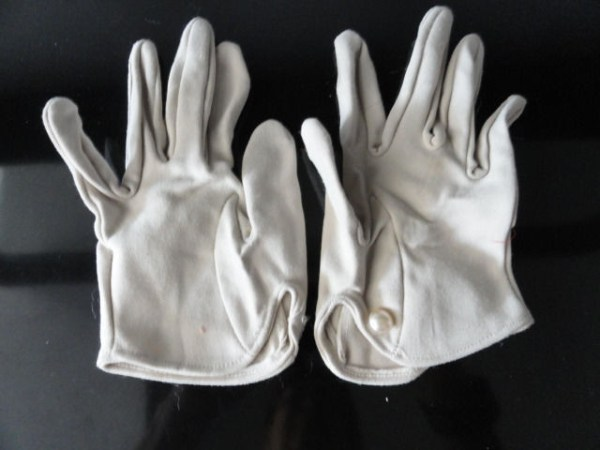 Vintage Ladies Beige Cloth Gloves 6.5 Button Closure Pearl Like Button
