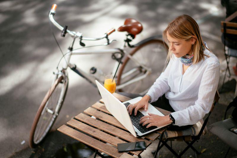 femme ordinateur bicyclette