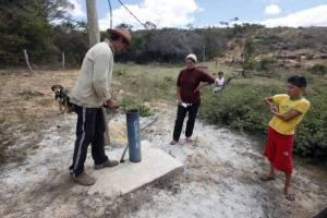 URANIO1  21/08/2015   METROPOLE URANIO/BAHIA   FOTO:DIDA SAMPAIO/ESTADAO  Osvaldo Ant™nio de Jesus, Luciene Pereira Lima e os filhos, ao lado do poo contaminado por uranio em Lagoa Real, Bahia. FOTO: DIDA SAMPAIO/ESTADAO