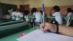 Mais da metade dos alunos brasileiros até oito anos tem baixos níveis de leitura e não consegue solucionar questões com números maiores que 20 ou ler as horas em um relógio de ponteiros.(Joel Silva/Folhapress/VEJA)