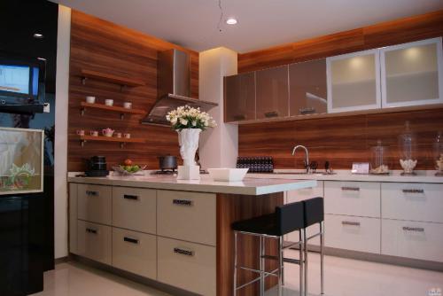 kitchen cabinet painting cost gray island 掌握烤漆门板优缺点橱柜选购攻略 厨柜烤漆成本