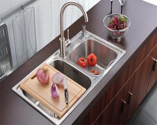 rustic kitchen sink cabinets knotty alder 厨房水槽安装方式有哪些 质朴的厨房水槽