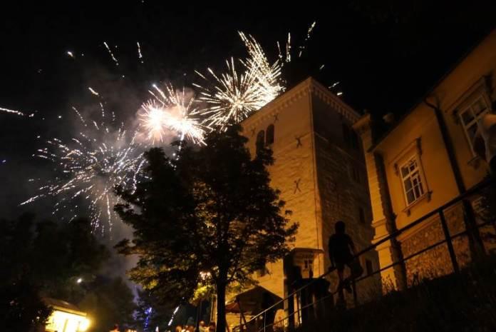 Uz vatromet i glazbu, na  Strossmayerovom šetalištu održan doček druge polovine godine