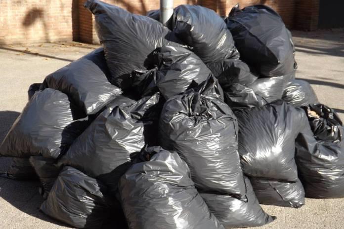 Žena (34) uhićena jer je odlagala smeće u vreće krive boje!