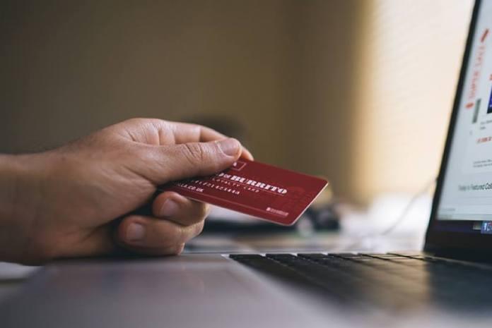 Putem Facebooka ih nagovorio da mu pošalju slike bankovnih kartica pa njihov novac trošio na klađenje