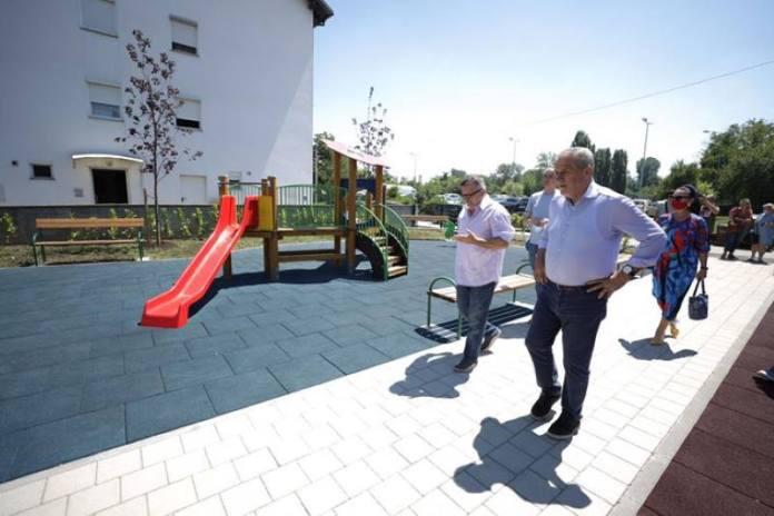 Bandić u Gradskoj četvrti Stenjevec, obišao nadhodnik kod TOZ-a, tržnicu u Španskom, dječje igralište...