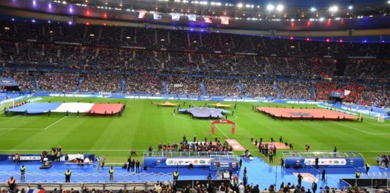 """Photo of """"L'Equpie"""" zbulon gafën e radhës përveç muzikës, në stadium nuk u ngatërrua vetëm himni (VIDEO)"""