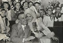 Photo of FOTO/ Ja si e festonte Enver Hoxha Vitin e Ri, nga veshja si babagjysh, tek familja, Byroja Politike dhe mbrëmja me fatosat e pionerët