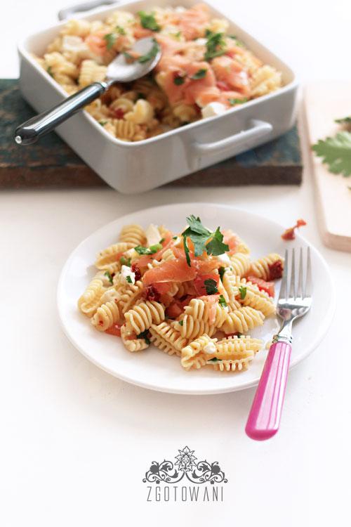 makaron-z-wedzonym-lososiem-i-suszonymi-pomidorami-1