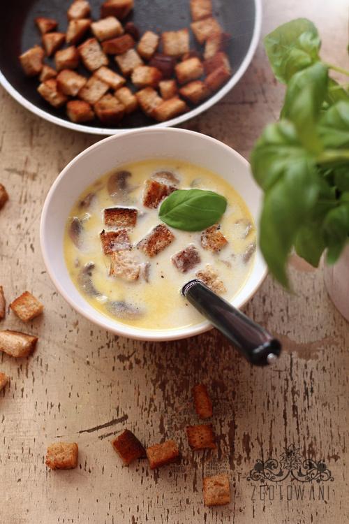 zupa-czosnkowa-z-pieczarkami-i-grzankami-5