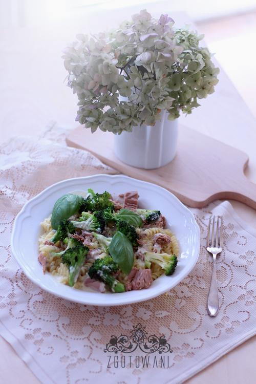 makaron-z-tunczykiem-brokulami-i-sosem-serowym-6