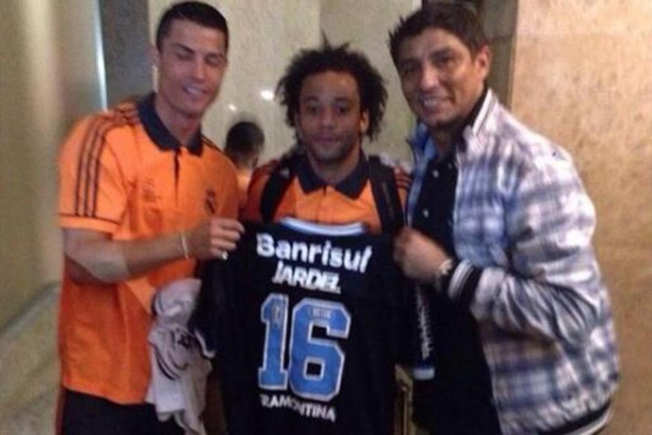 Cristiano Ronaldo e Marcelo posam com camisa do Grmio ao