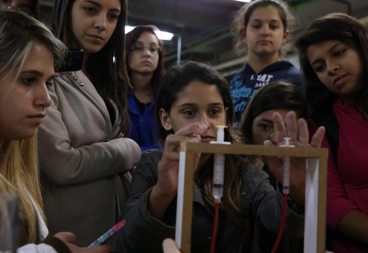 Projeto da UFRGS leva alunas do Ensino Médio a conhecer o mundo da Física, Engenharia e Computação Fernando Gomes/Agencia RBS