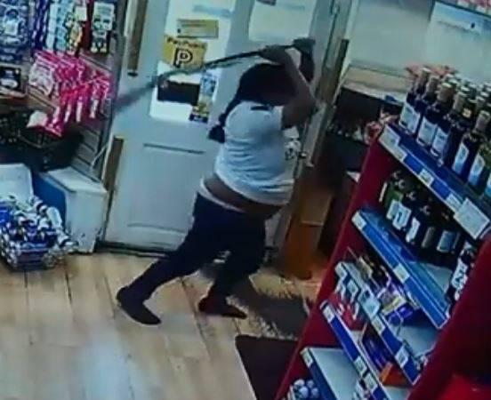 女英雄!她奪獵槍猛打搶匪 10分鍾監控視頻曝光
