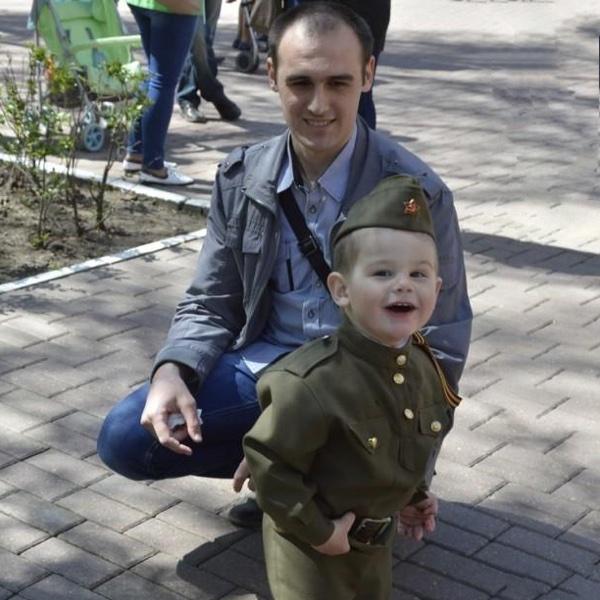 Папа с мальчиком на День Победы