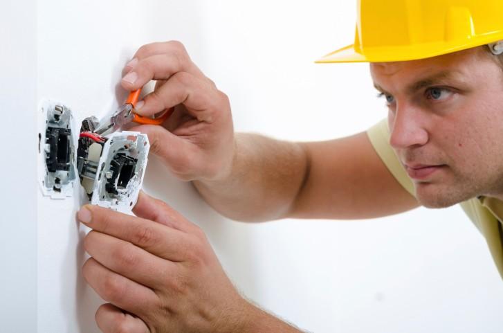 вызвать электрика в москве недорого
