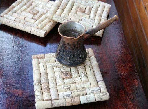 podelki-iz-probok-ot-vina-17 Доска из винных пробок своими руками. Новогодняя елочка из пробок от вина. Рамка для фотографий