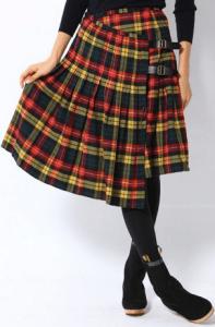 タータンチェックスカートはスコットランド発祥で赤が定番!迷ったらオニールコーデで決まり!