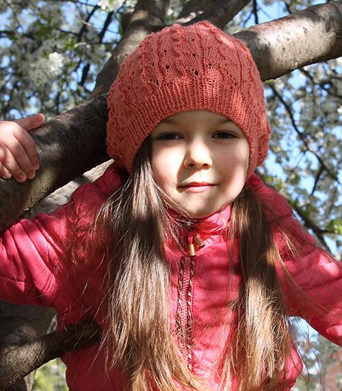 Детский берет, выполнен узором «Лоза и листья»  (Вязание спицами)