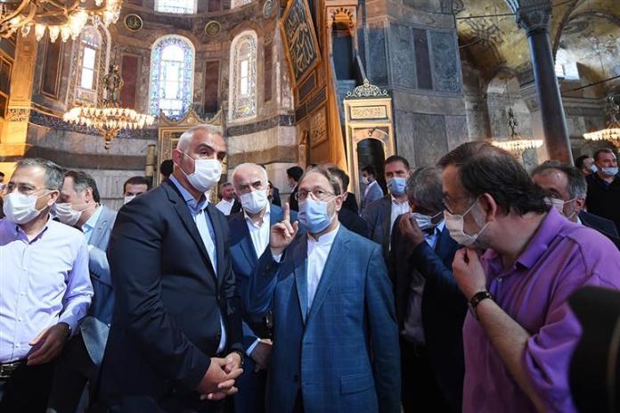 """Dr. Ali Erbaș (Președintele Diyanet) și Mehmet Nuri Ersoy (ministrul Culturii și Turismului din Turcia) inspectând pregătirile pentru prima ceremonie religioasă musulmană care va avea loc în Moscheea """"Ayasofya"""", în ziua de 24 iulie 2020"""