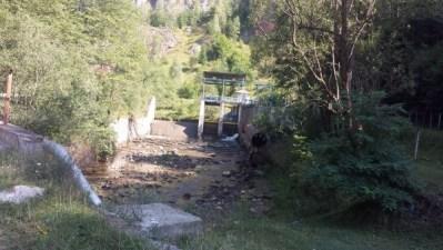 Seceta și activitatea microhidrocentralei de pe Taia pun în pericol alimentarea cu apă potabilă a consumatorilor din orașul Petrila